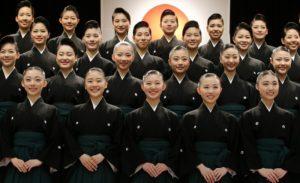 黒紋付と袴で卒業式宝塚歌劇団